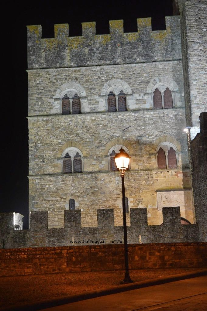Toscana, Italia ... Passeggiata nel Medioevo, di notte ... Tuscan Italy - walking in the medieval night ... proprio come in un quadro - like a paint