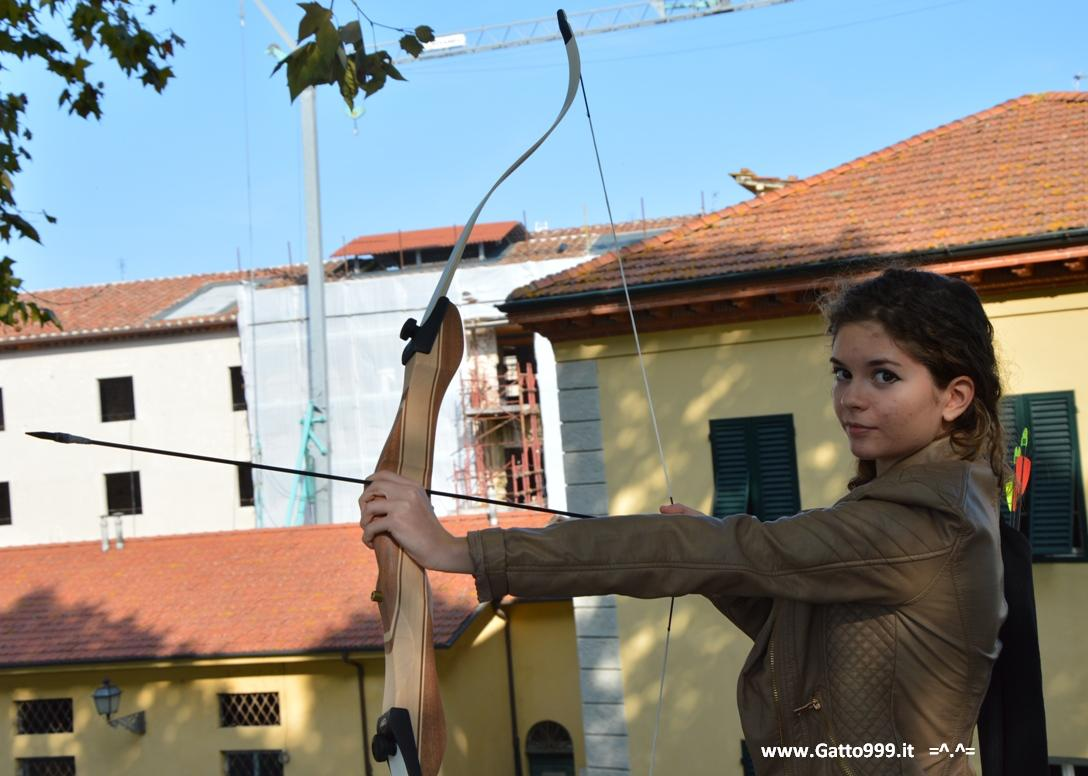 Katniss Everdeen tributo di Hunger Games a Lucca Comics and Games 2013 con il suo arco e le frecce (Archery)