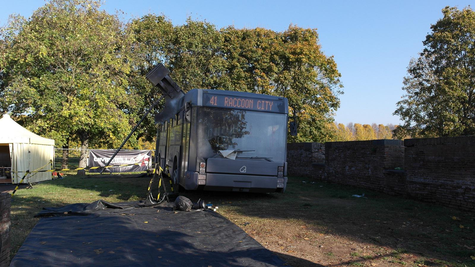 Lucca Comics and Games 2015 - autobus distrutto in una battaglia di Resident Evil