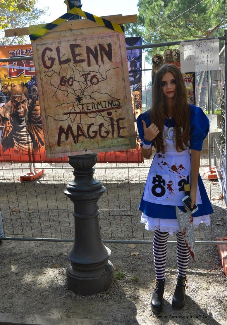 Cartello poster Terminus di Walking Dead . Cosplay Alice McGee Madness Return - Lucca Comics 2014