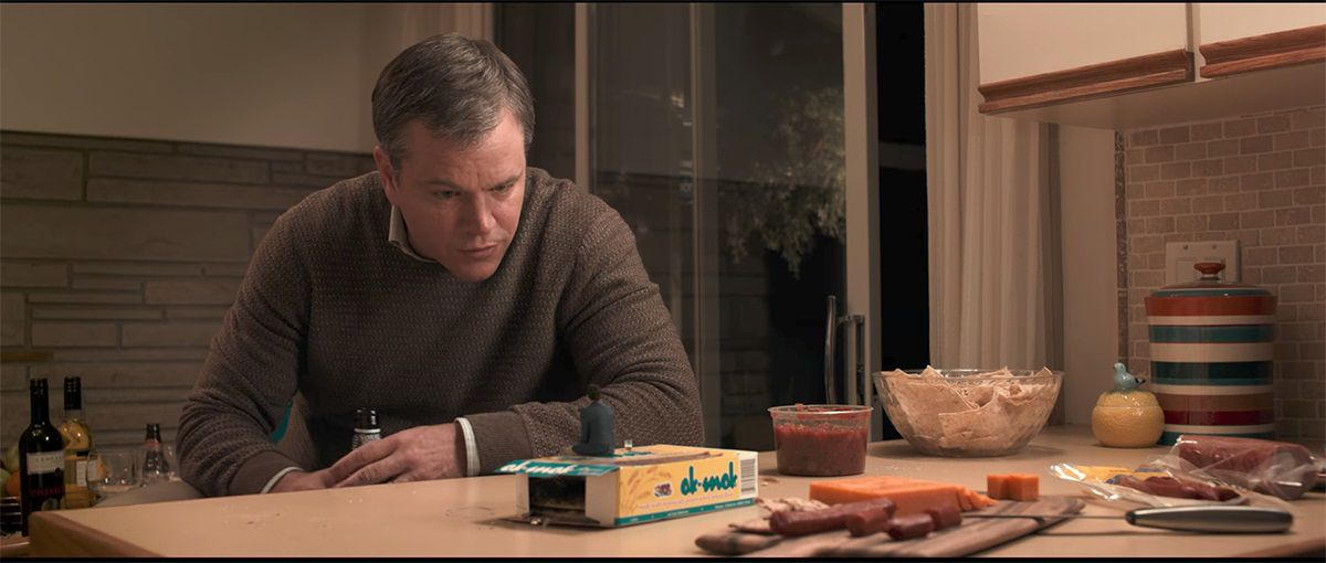 Film - Downsizing - scene - Paul Safranek (Matt Damon) - Dussian (Christoph Waltz) - little friend - small life