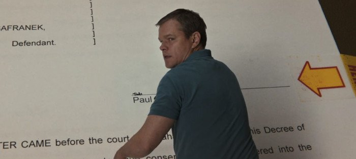Film - Downsizing - scene - Paul Safranek (Matt Damon) - firma documento - documents sign