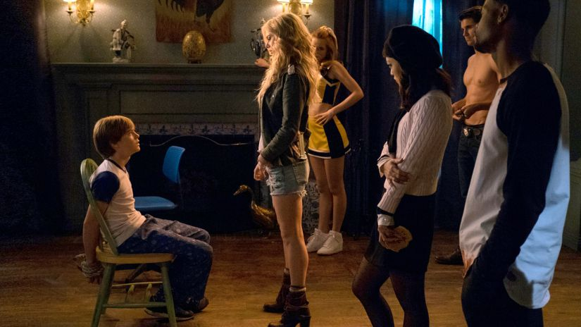 The Babysitter - Samara Weaving - Judah Lewis - Hana Mae Lee - Robbie Amell - Bella Thorne - Netflix horror film scene
