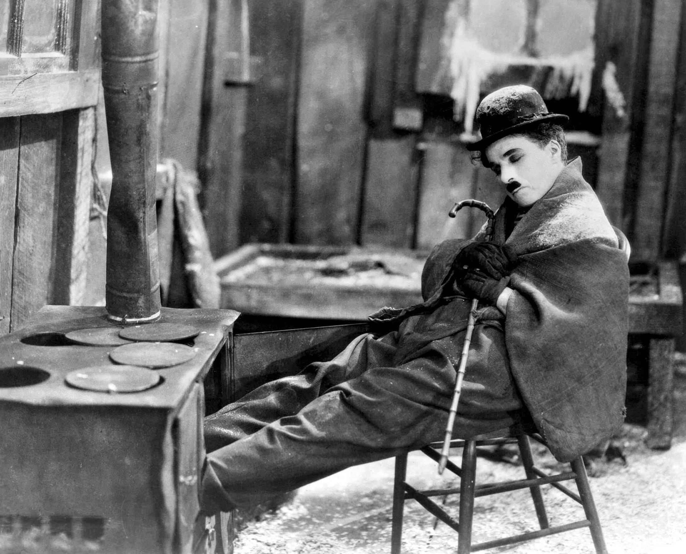 Film - Charlie Chaplin - 1925 - Gold Rush - Corsa all'Oro - scene stufa