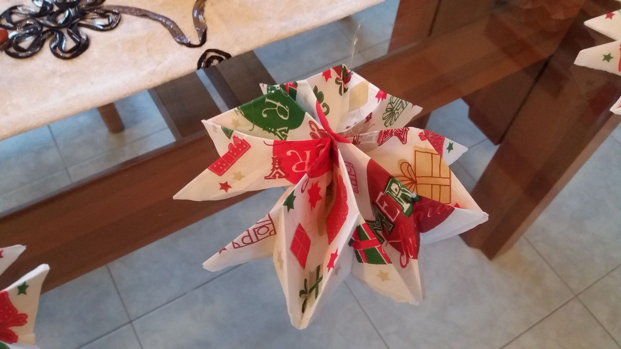 Instructions: how to fold a Napkin in the shape of a Snowflake to lay the Christmas Table or End of Year Dinner
